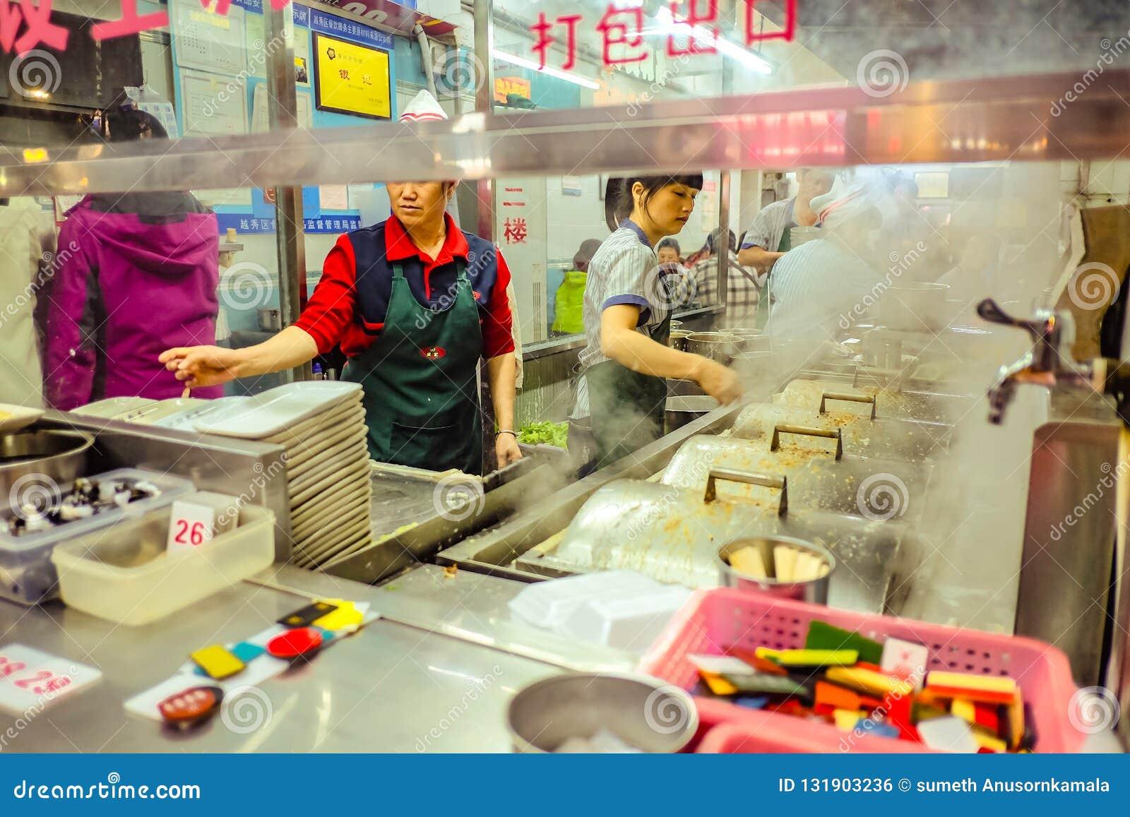 Tienda china famosa de los tallarines y cocinero chino Unacquainted que cocinan en 'calle que camina del camino de Pekín 'en la c