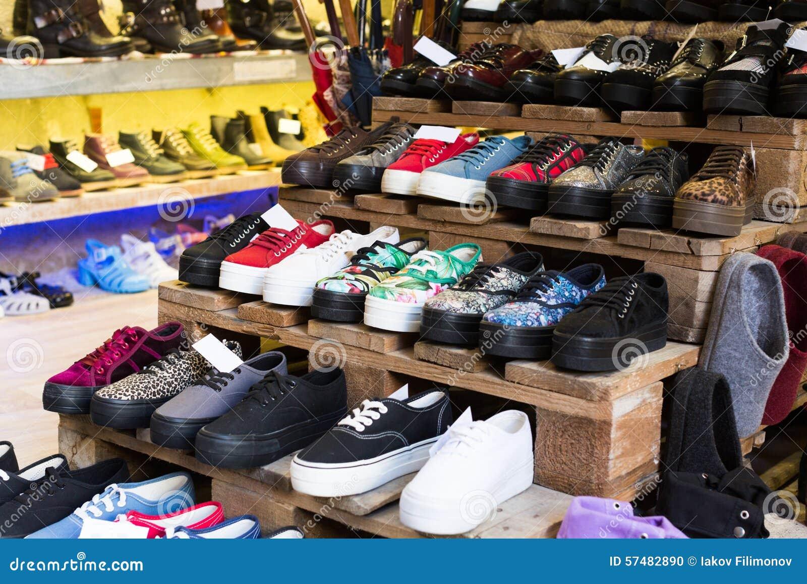 953fa657646fd imágenes comunes del Tienda Con Los Zapatos Para Mujer Del Color - los  derechos de la transferencia directa el 8 liberan las fotos