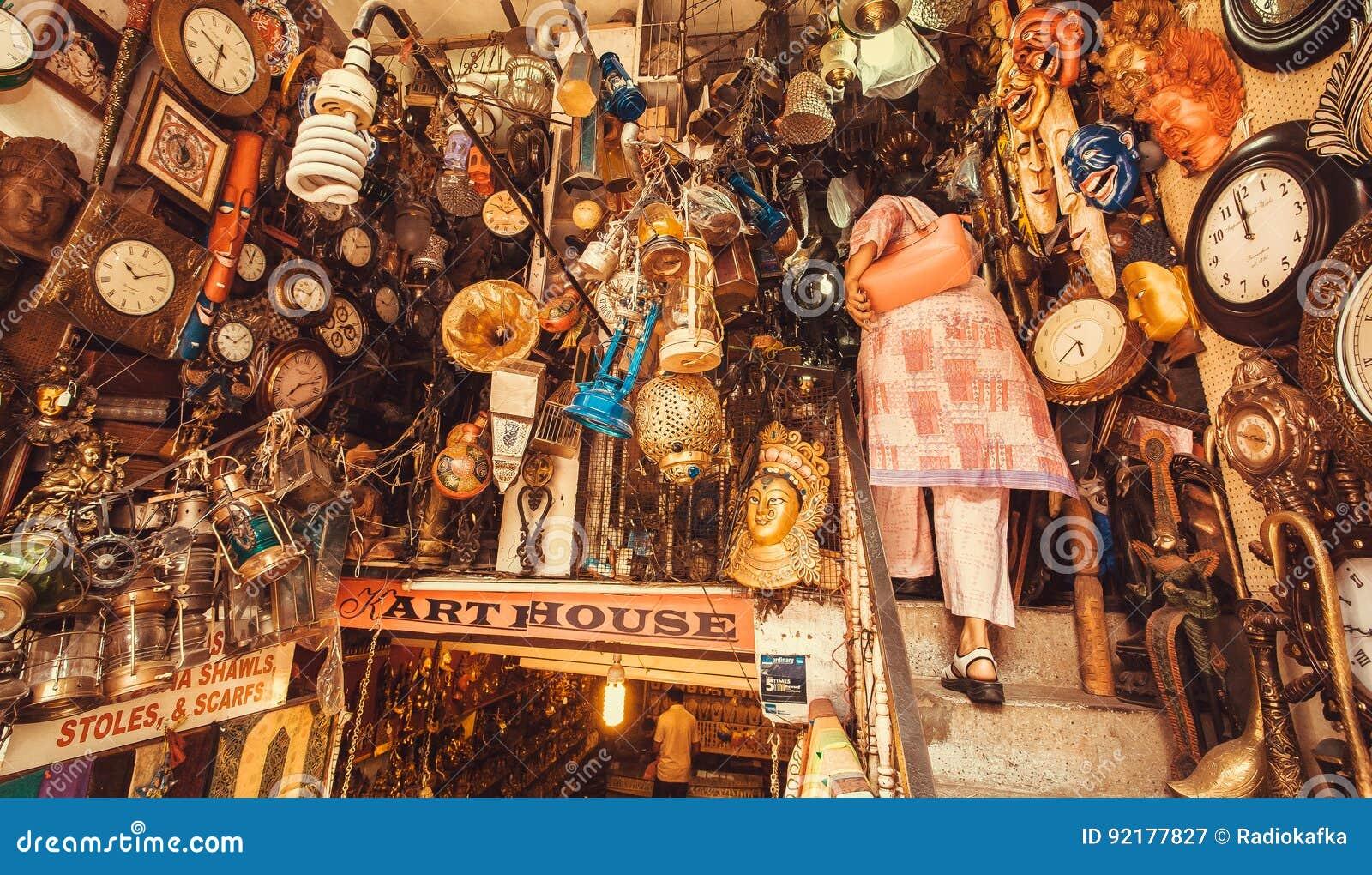 Tienda con muebles del vintage objetos del arte y for Muebles vintage segunda mano