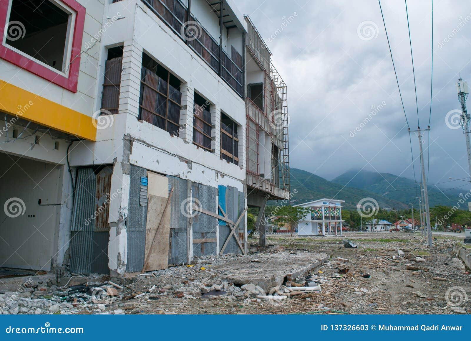 Tienda dañada cerca de la costa costa causada por el tsunami en Palu