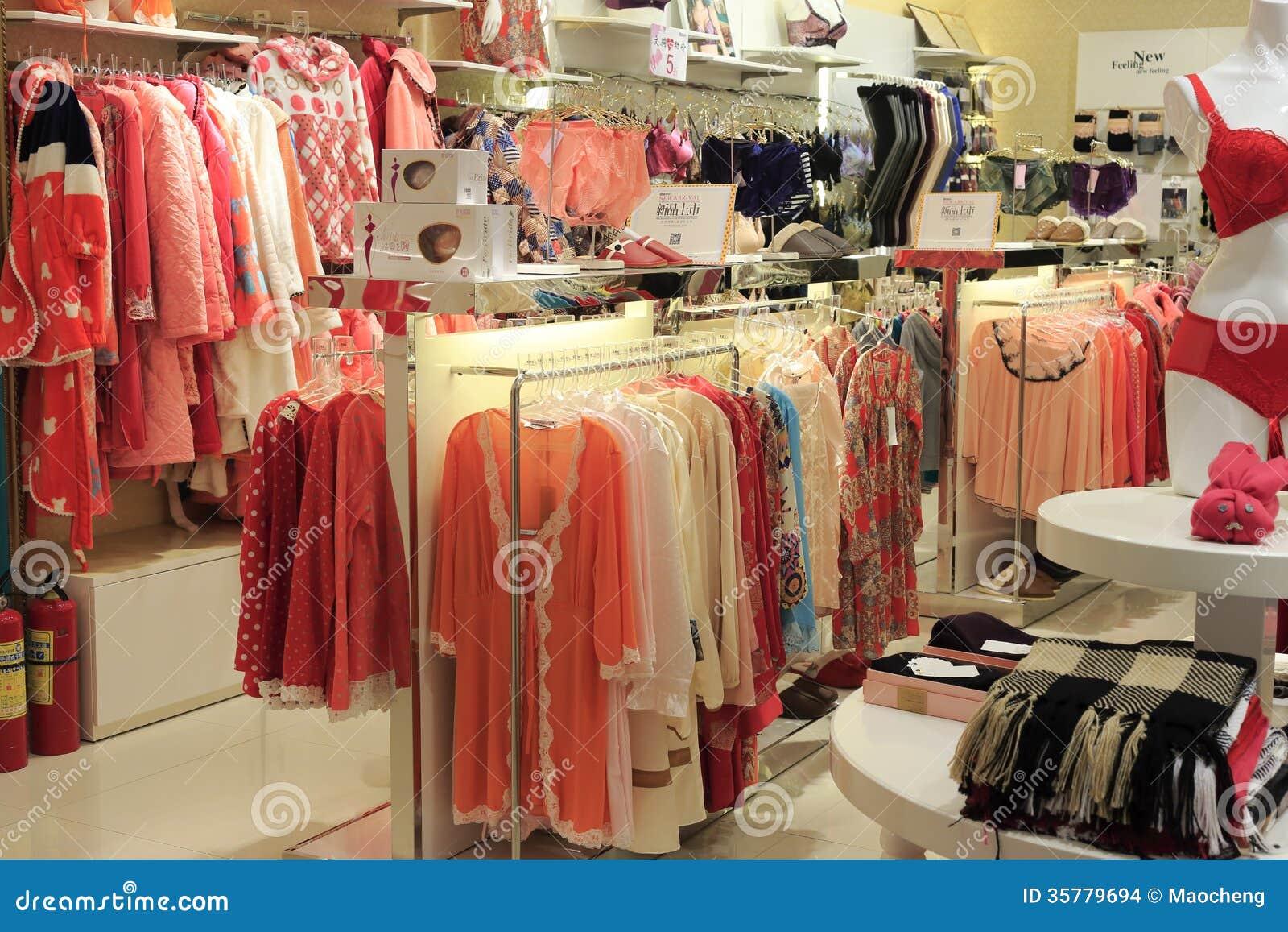 ad21c85fc La ropa y los pijamas de la ropa interior de la mujer hacen compras en  tesco de la ciudad amoy