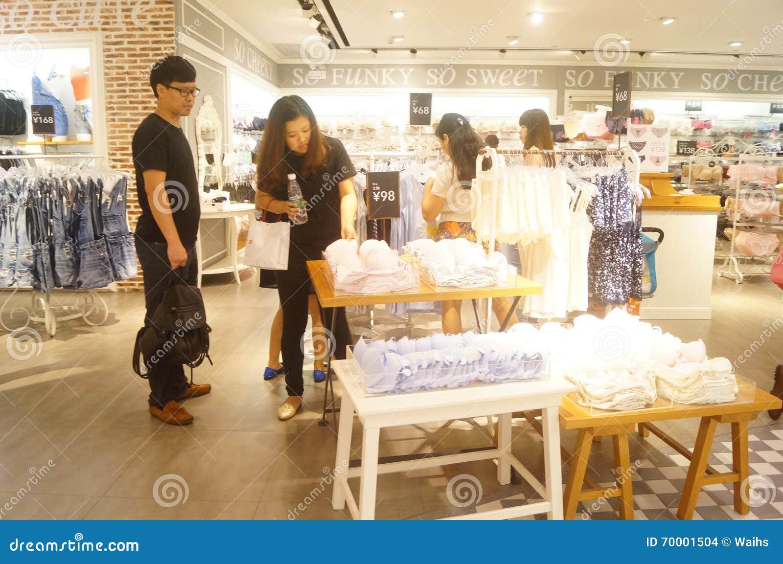 68883447bb Tienda De Las Ventas De La Ropa Interior De Las Mujeres Imagen de ...
