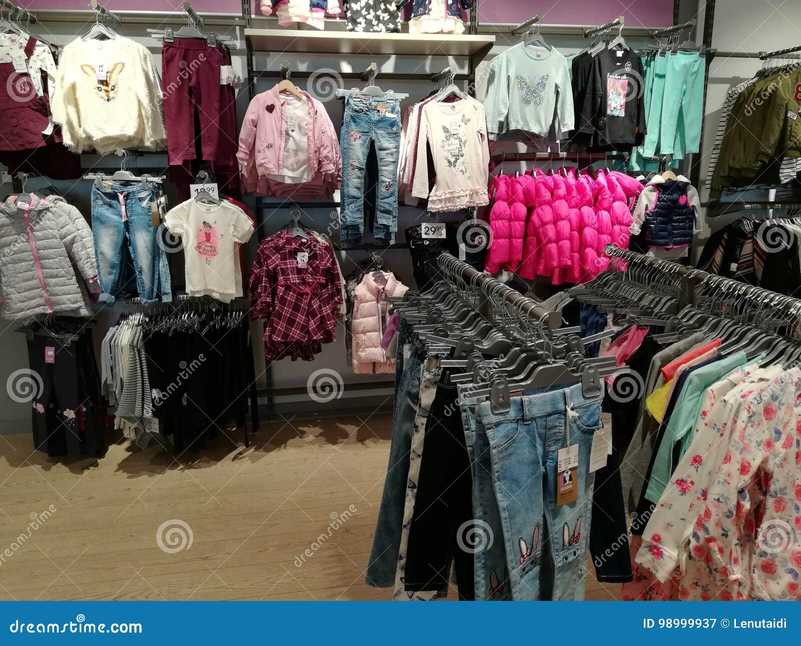d76184651b36 Tienda de ropa para mujer fotografía editorial. Imagen de ropas ...