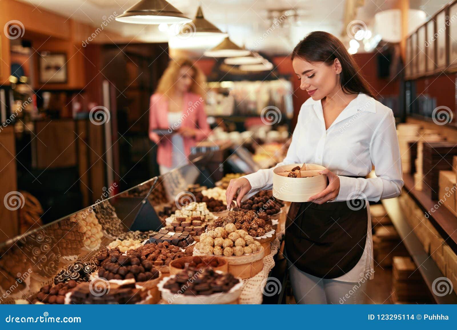 Tienda del chocolate Mujer que trabaja en tienda del chocolate