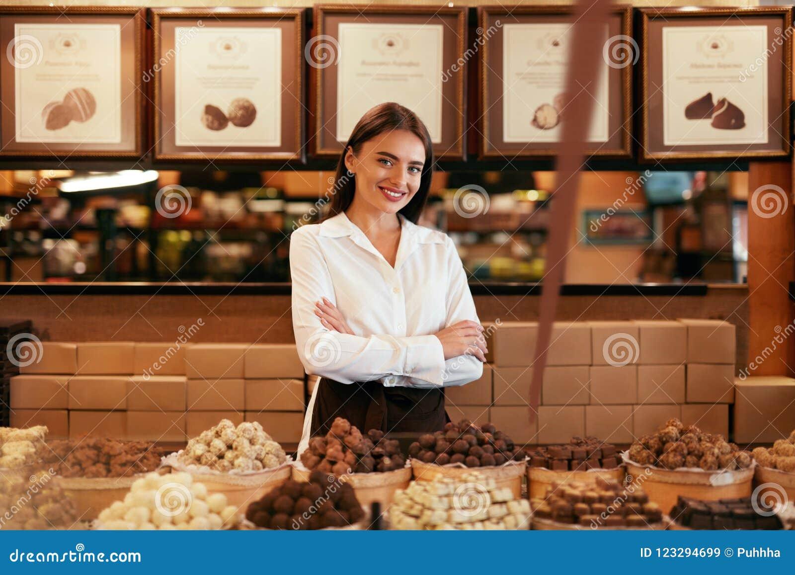 Tienda del chocolate Vendedor de sexo femenino en tienda de la confitería