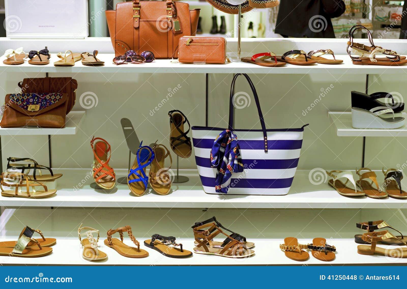 Tienda Del Zapato Y De Ropa Foto De Archivo Imagen De Bolso Venta 41250448