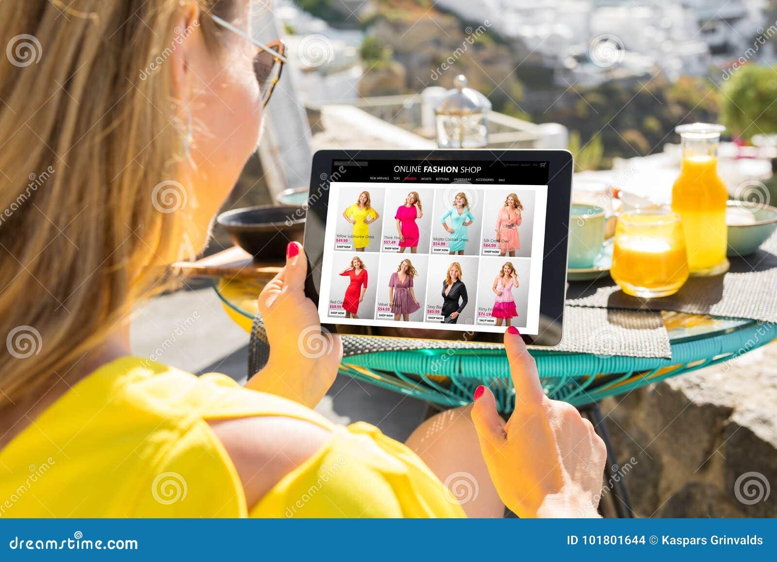 Tienda en línea de la ojeada de la mujer