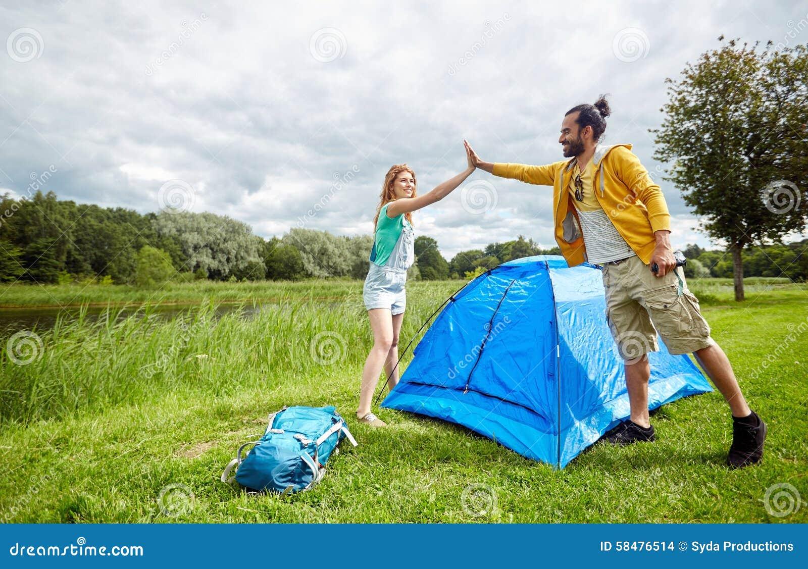 Tienda feliz de la creación de los pares al aire libre