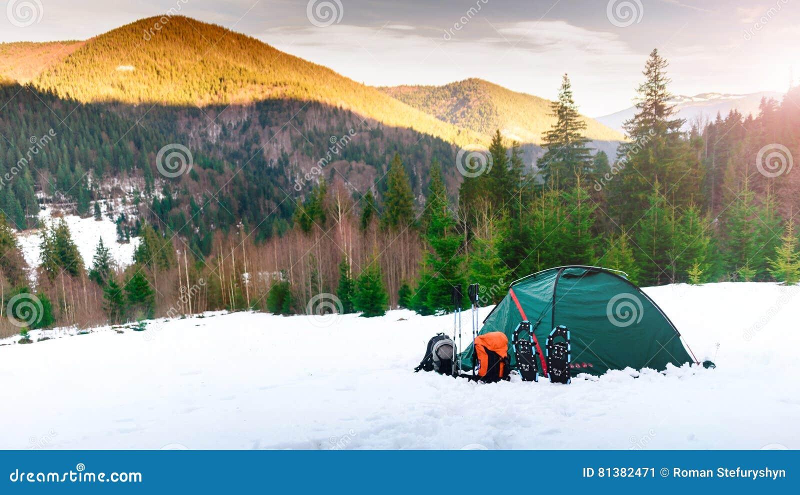 Tienda petates polos del senderismo, raquetas en mounta de la nieve