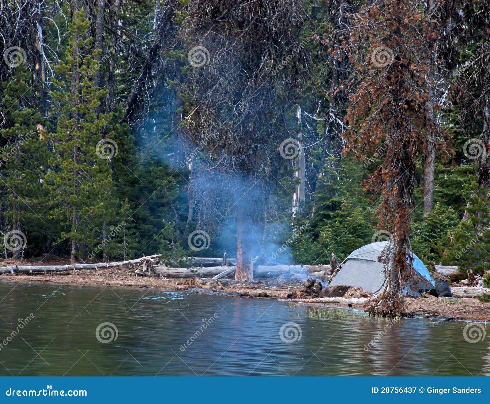 Tienda que acampa por el lago en las montañas