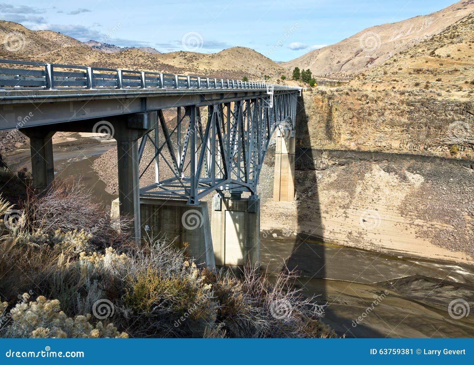 Tienda un puente sobre en la cala de los usos