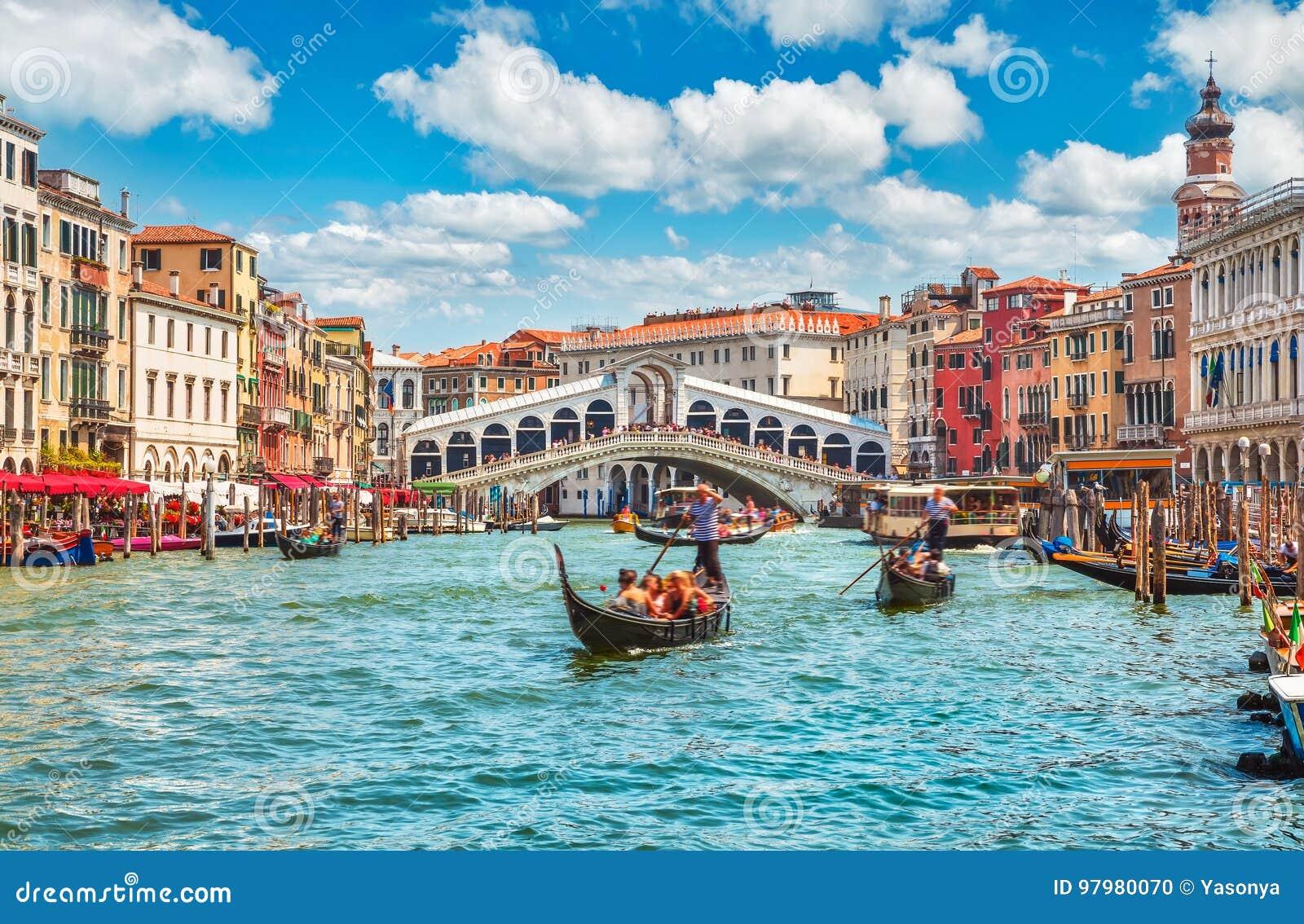 Tienda un puente sobre Rialto en la opinión panorámica Venecia de la señal famosa del Gran Canal