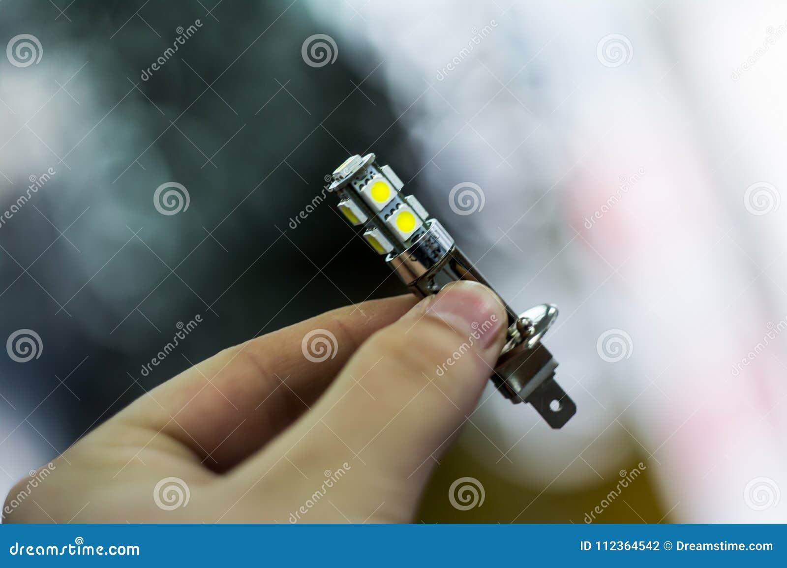 Tiene la lampada principale in sue mani
