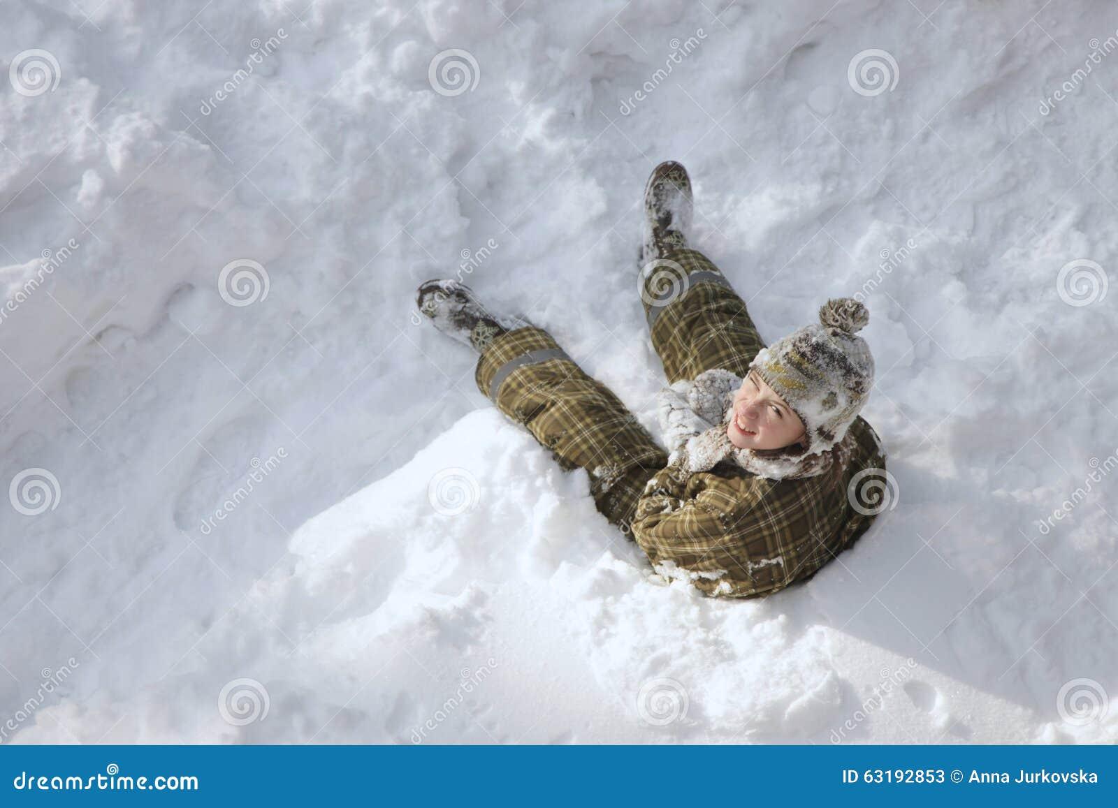 Tiener die de winter van vakantie genieten