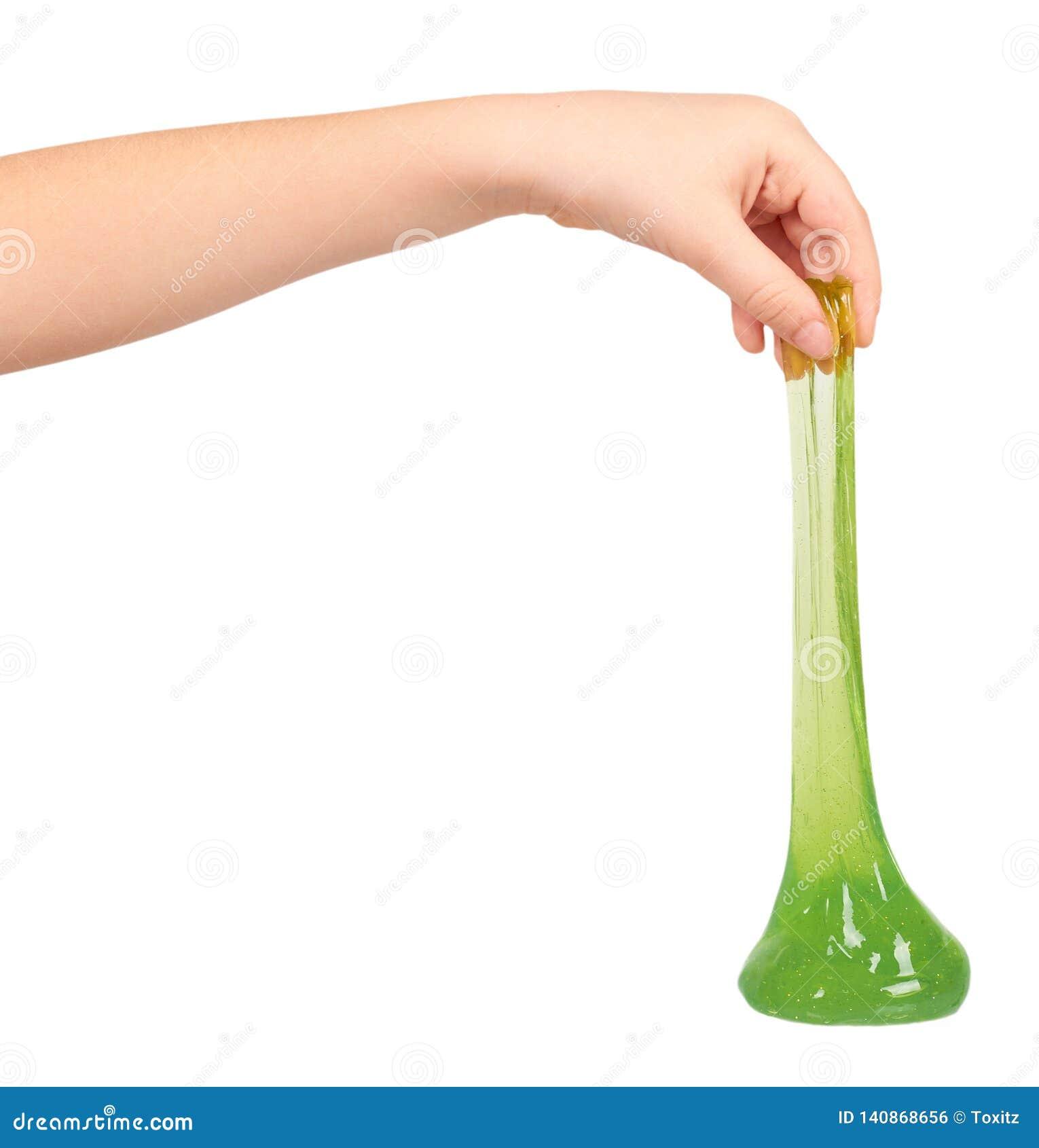 Tiener die groen slijm met hand, transparant stuk speelgoed spelen