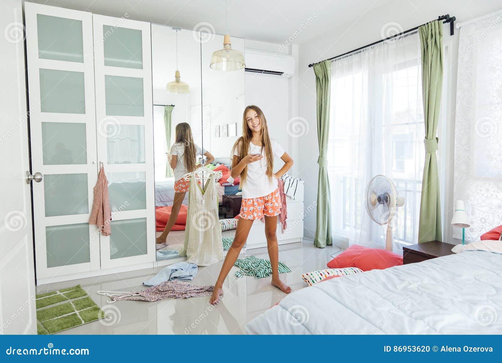Tiener die kleding in kast kiezen stock foto afbeelding