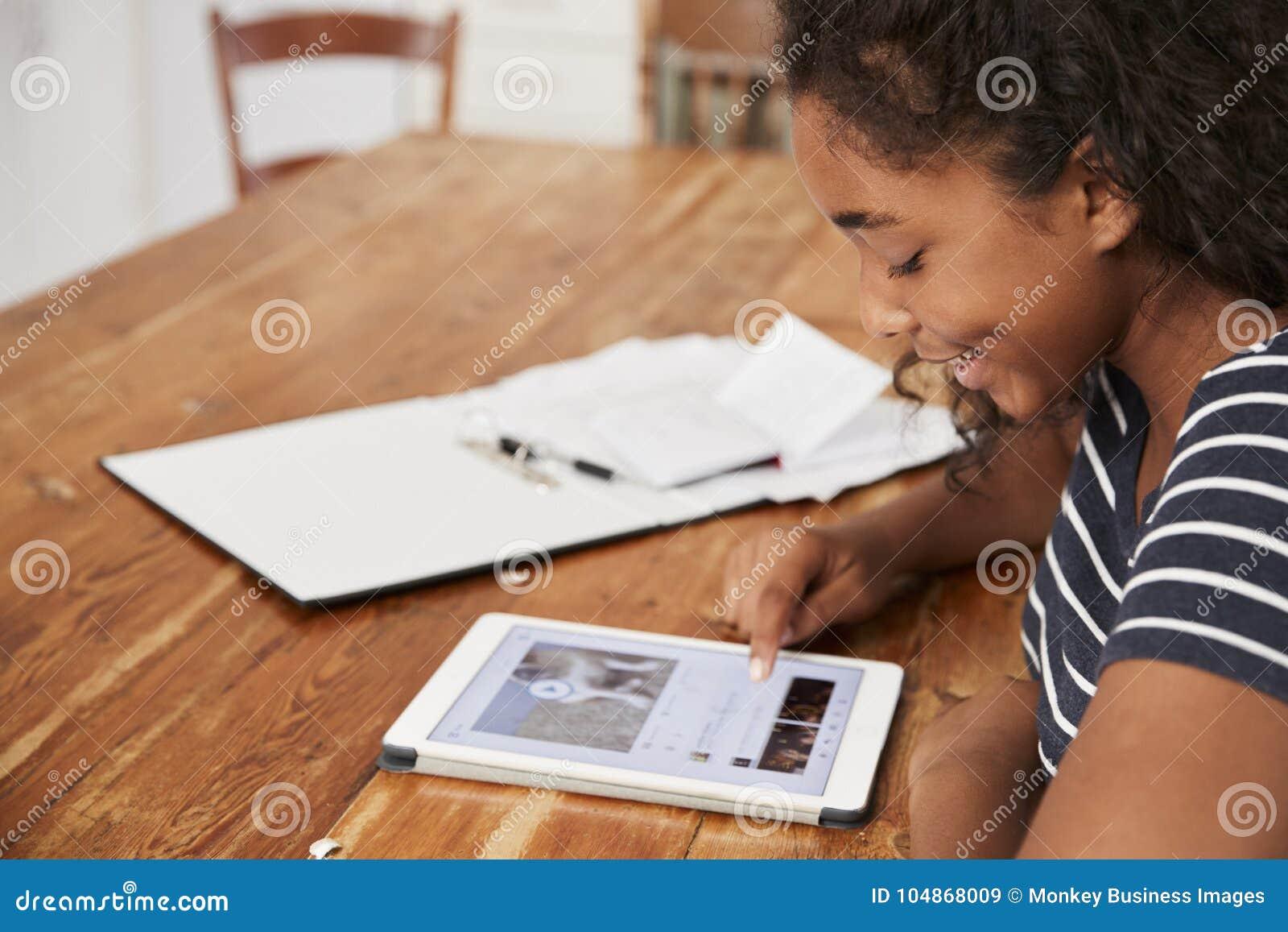 Tiener die met Digitale Tablet voor Examen thuis herzien