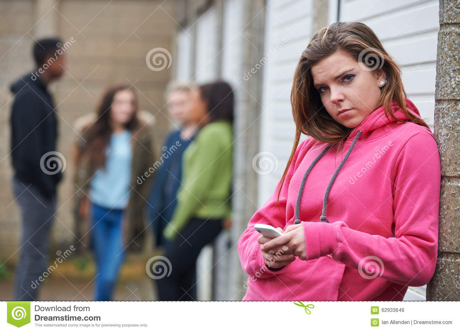 Tiener die Mobiele Telefoon in het Stedelijke Plaatsen met behulp van