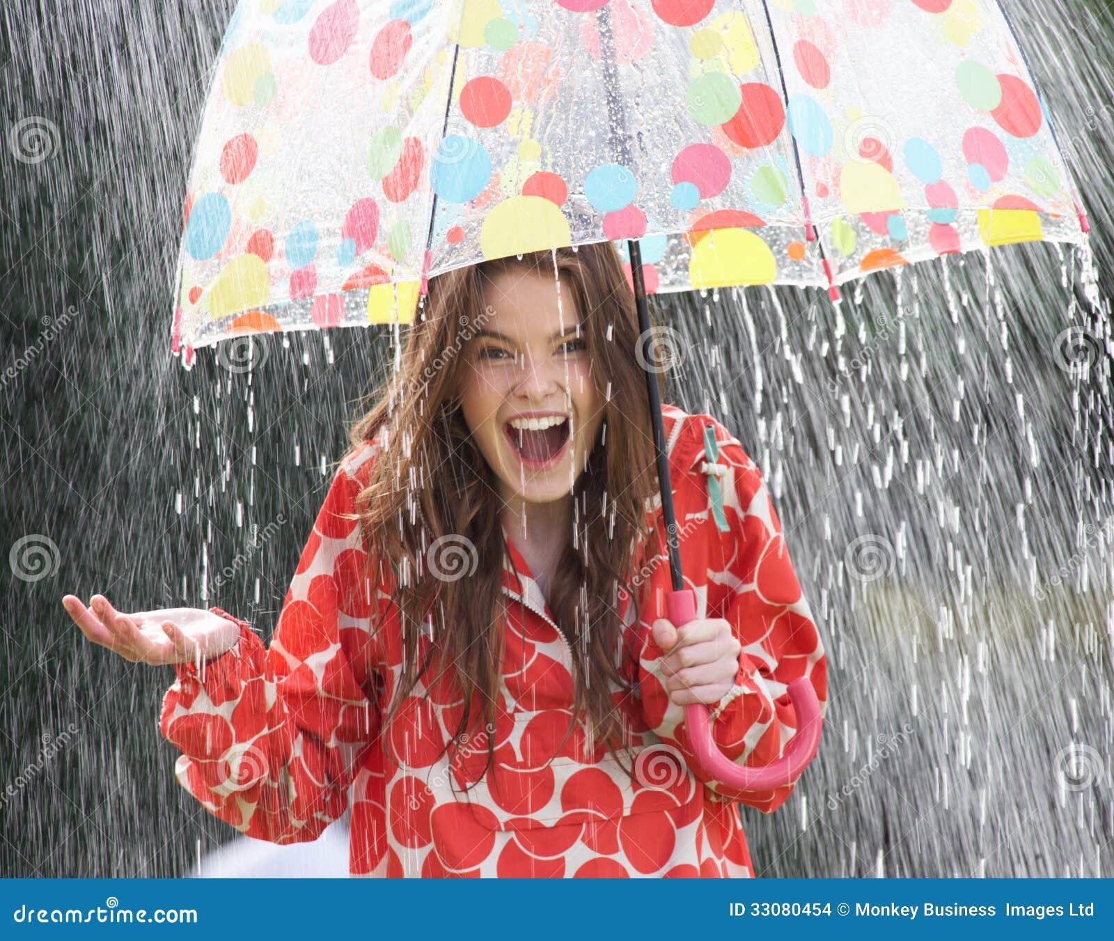 Tiener die van Regen onder Paraplu beschutten