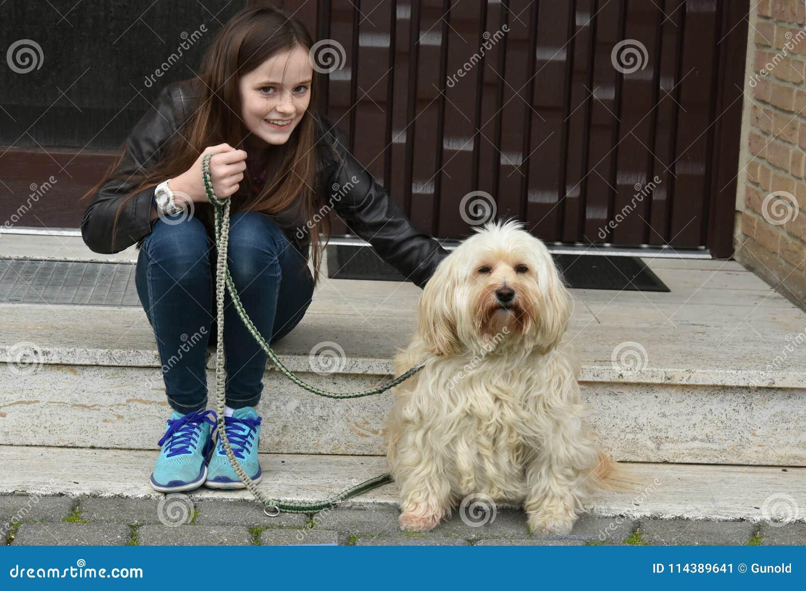 Tiener en haar snoepje weinig tiverhond