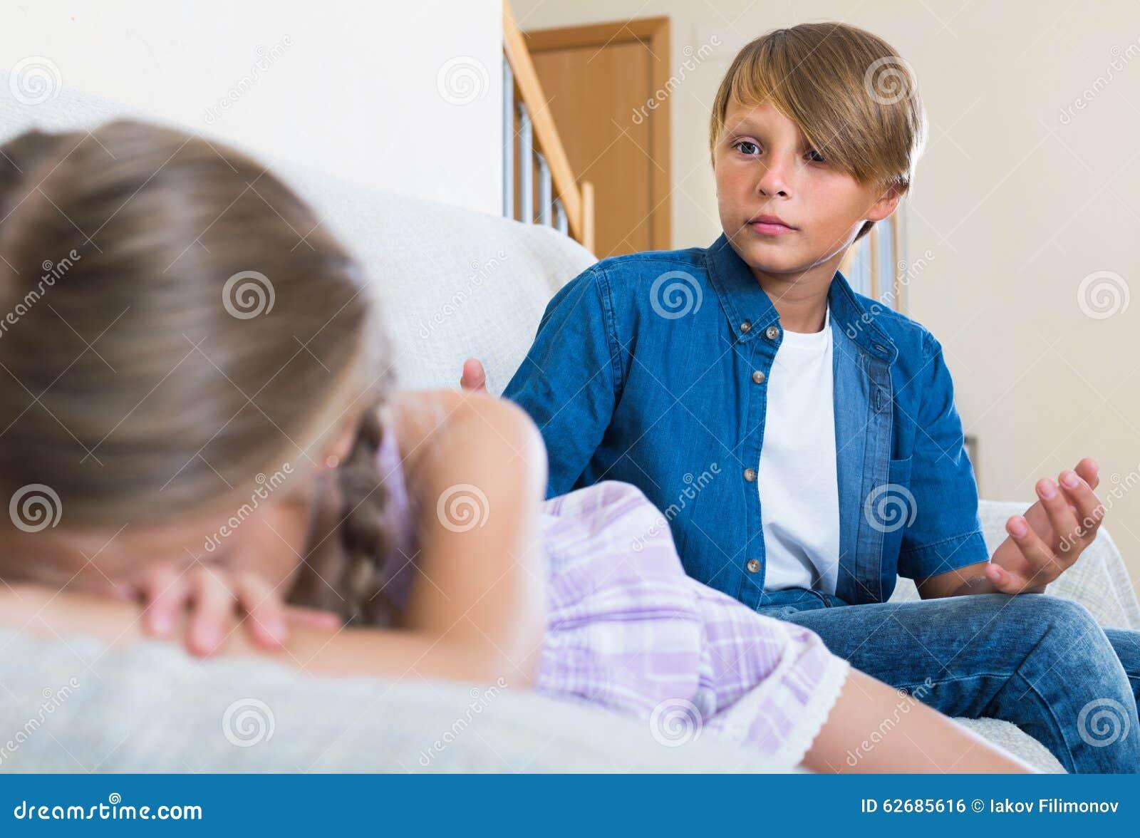 Tiener en meisje die thuis ruzie maken stock foto afbeelding 62685616 - Tiener meisje foto ...