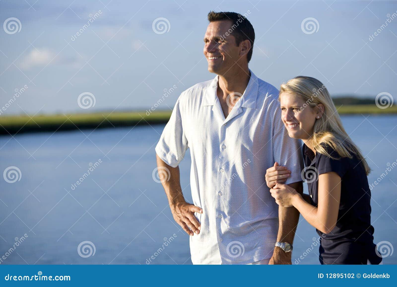 Tiener en vader die zich door water te letten op bevinden