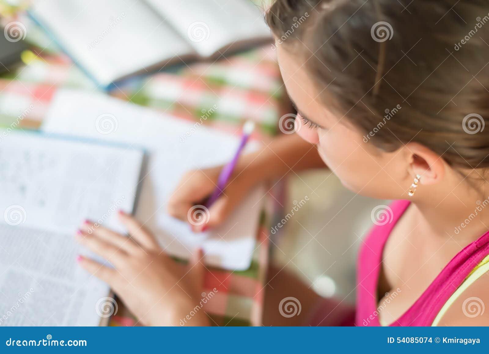 Tiener het bestuderen
