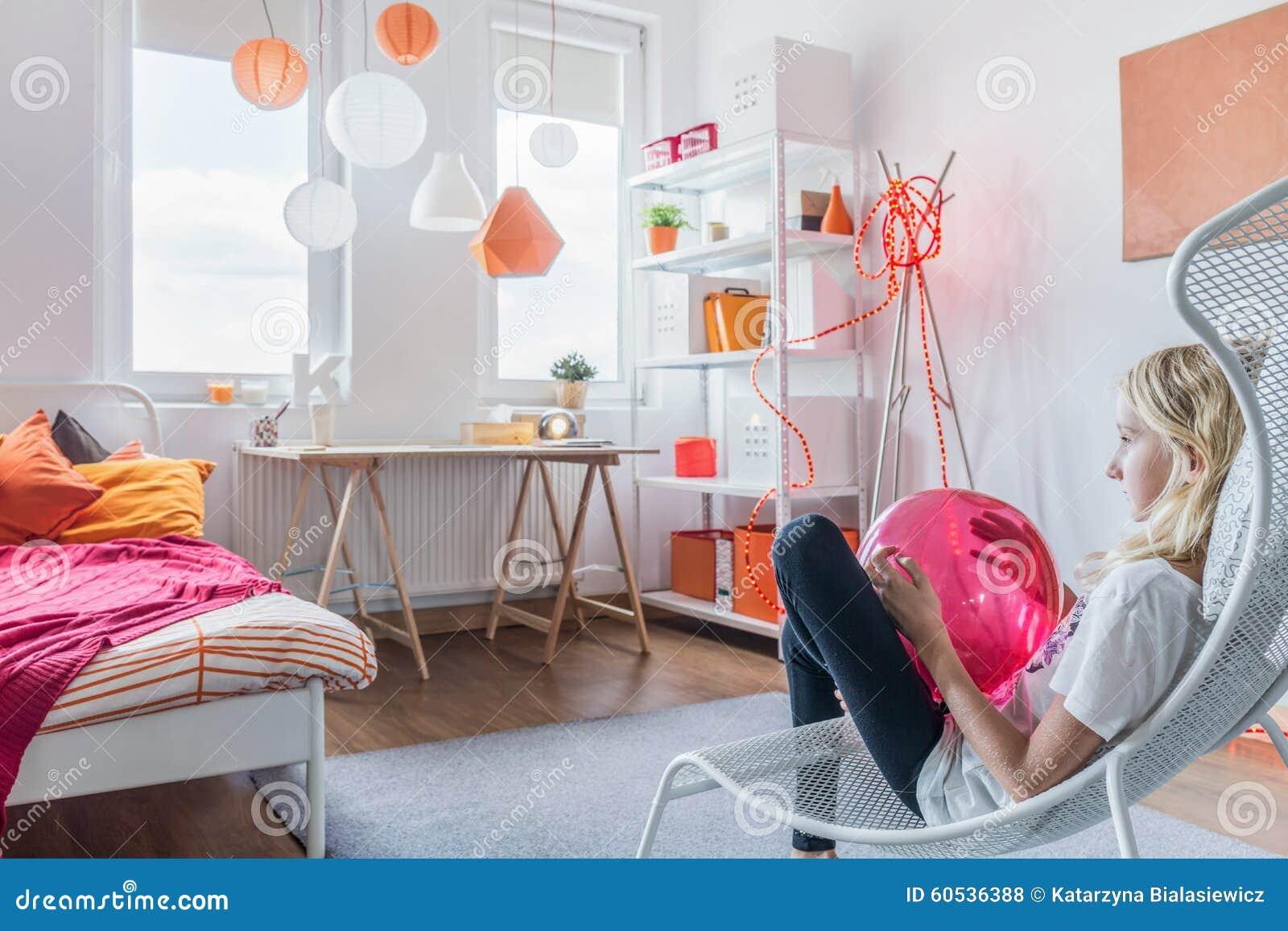 tiener het ontspannen in slaapkamer