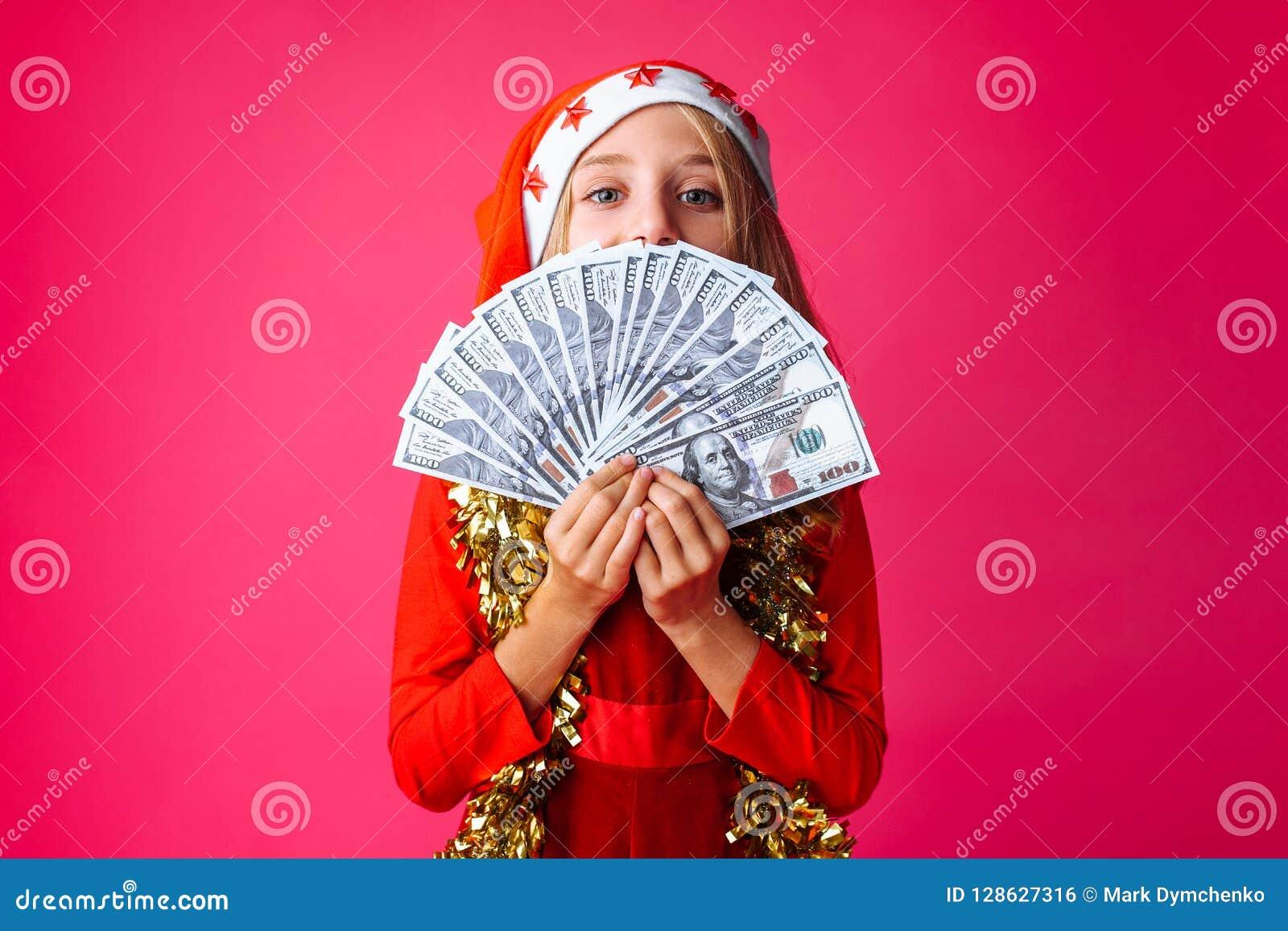 Tiener, in Kerstman` s hoed en met klatergoud op haar hals, met D