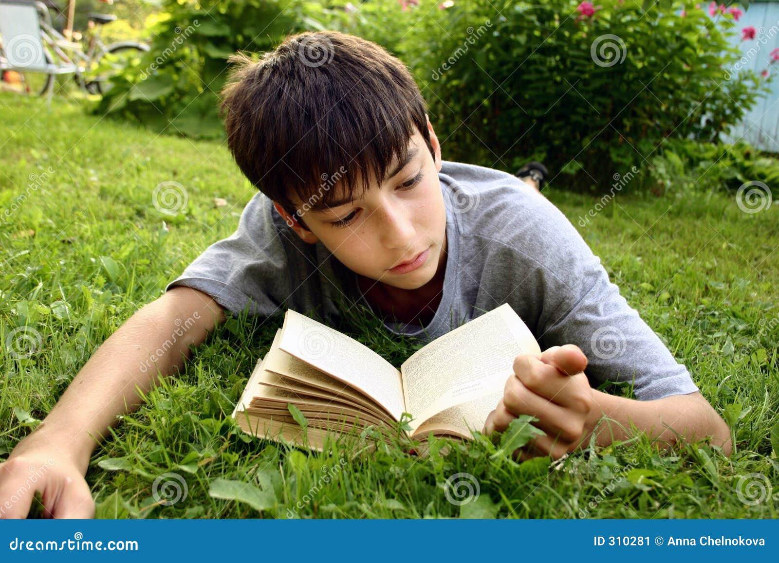 Tiener met boek