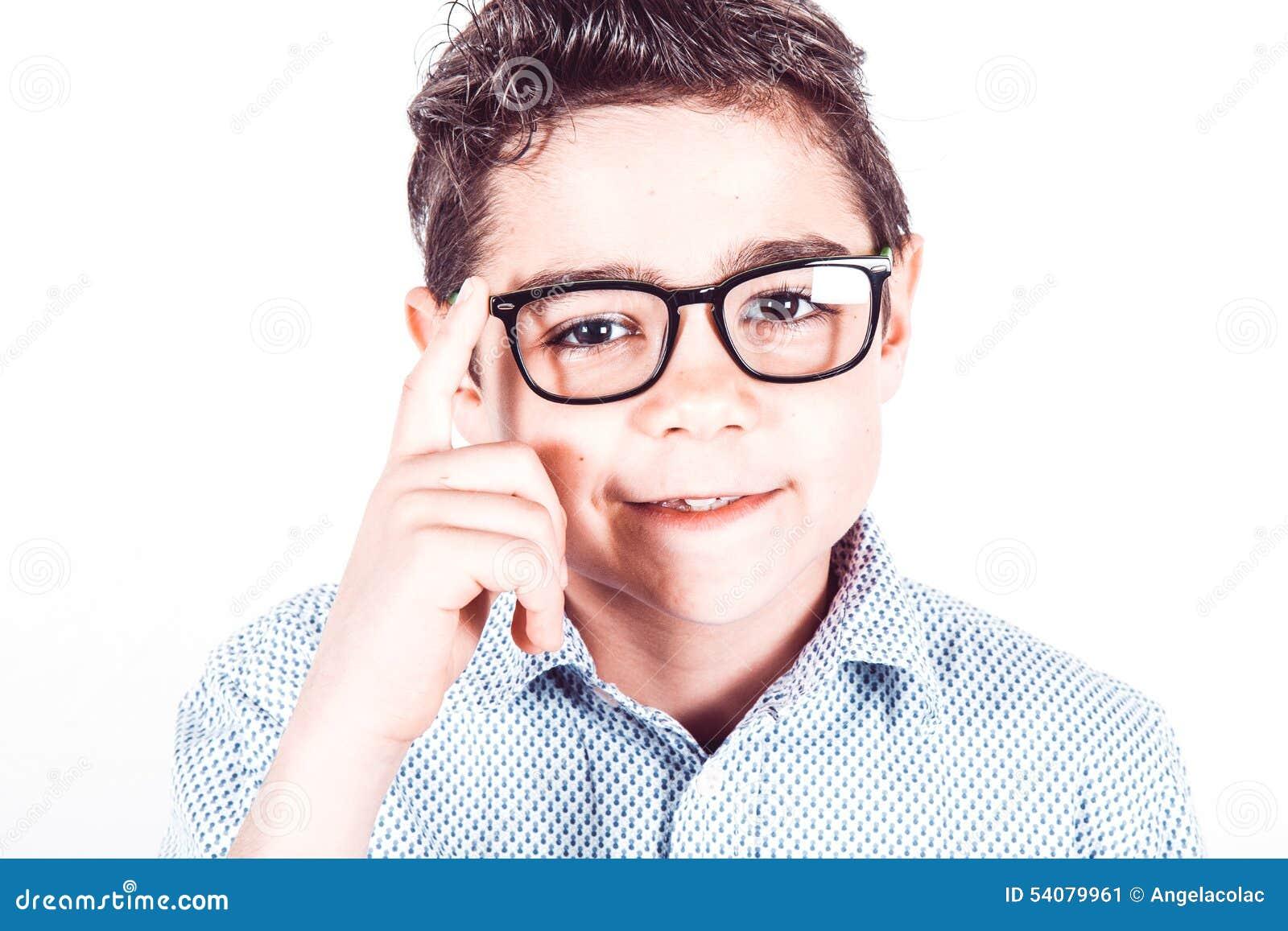 Tiener met oogglazen