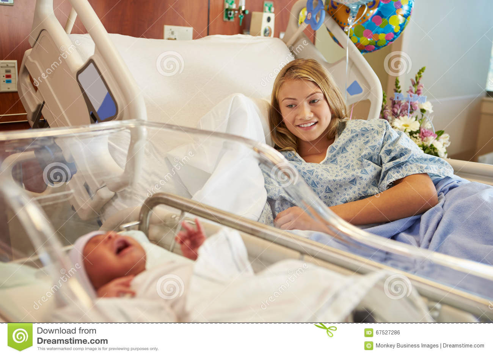 Tiener met Pasgeboren Babyzoon in het Ziekenhuis