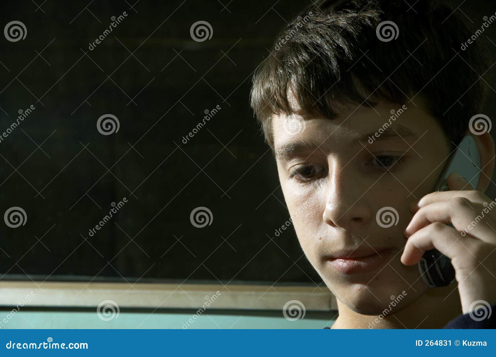 Tiener op de telefoon