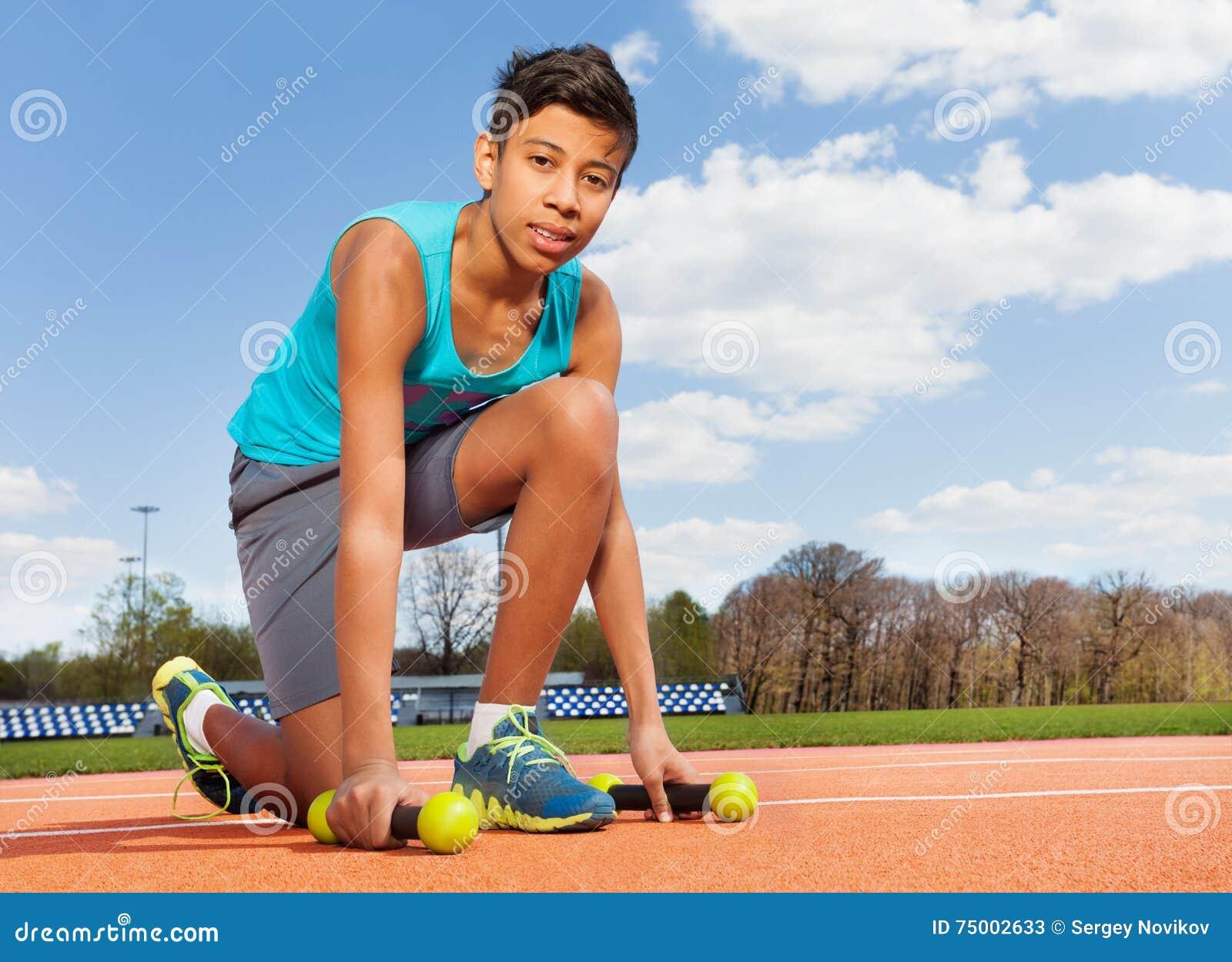 Tiener sportieve jongen die domoren in stadion opnemen