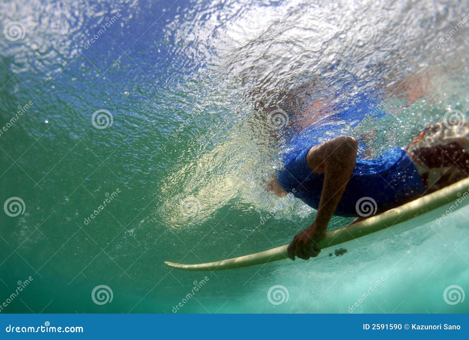 Tiener Surfer Duckdiving