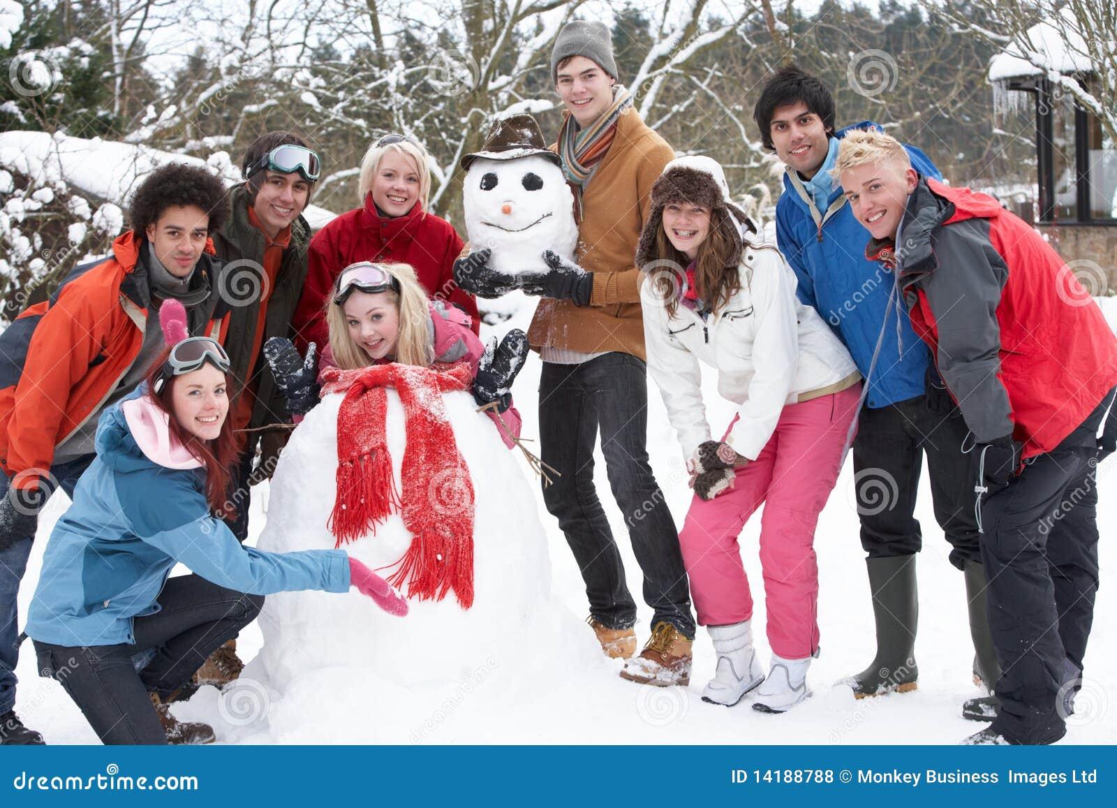 Tiener Vrienden die Sneeuwman in Tuin bouwen
