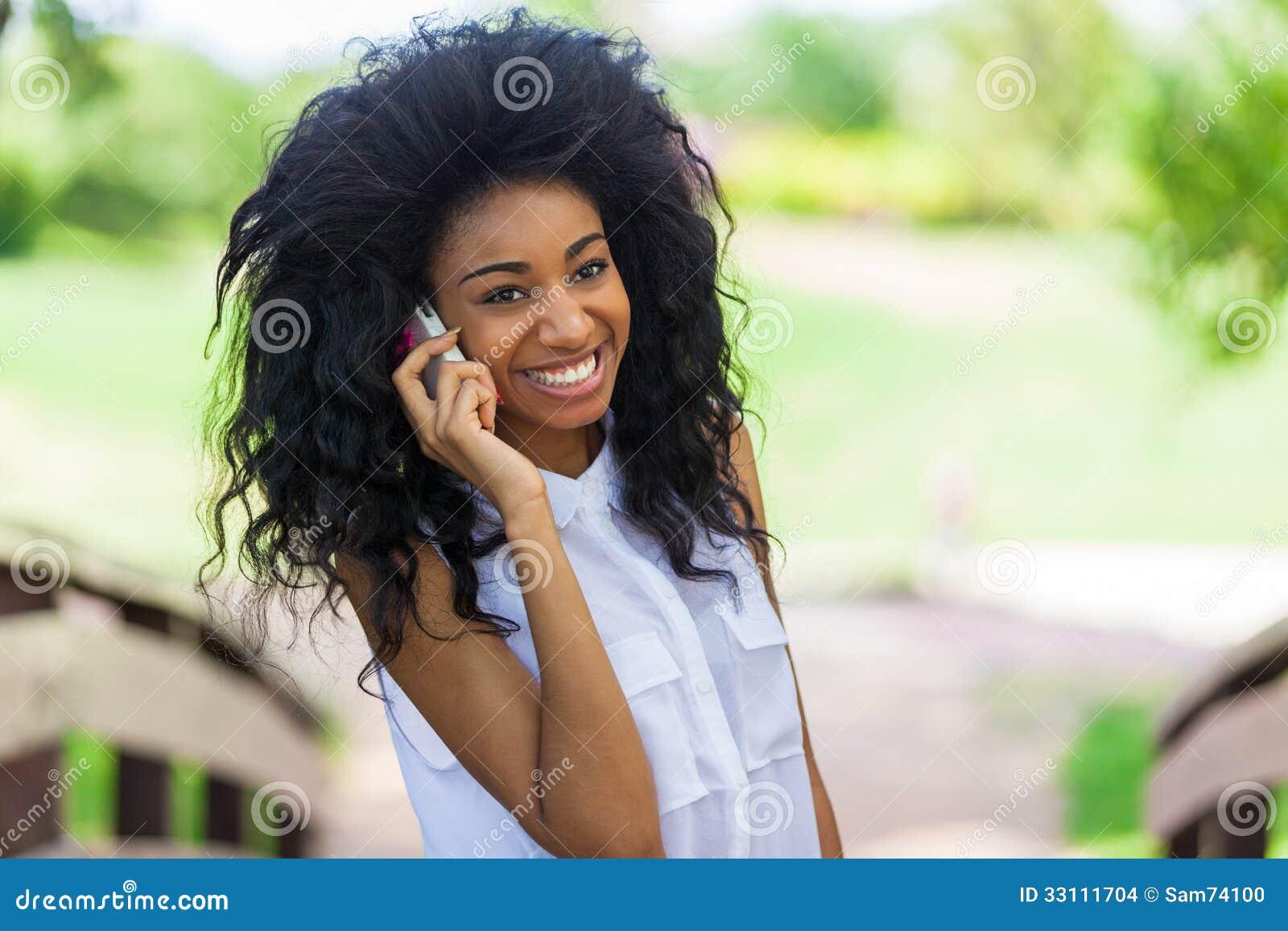 Tiener zwart meisje die een mobiele telefoon met behulp van afrikaanse mensen stock foto - Ruimtekleur tiener meisje ...