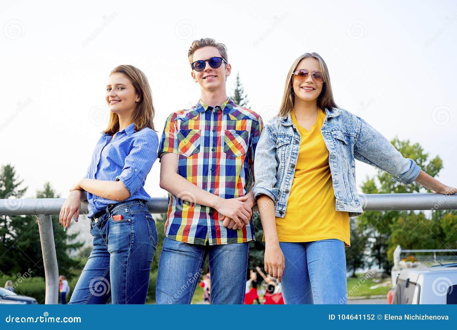 Download Tienerjaren Die Een Partij Hebben Stock Foto - Afbeelding bestaande uit gelukkig, kaukasisch: 104641152