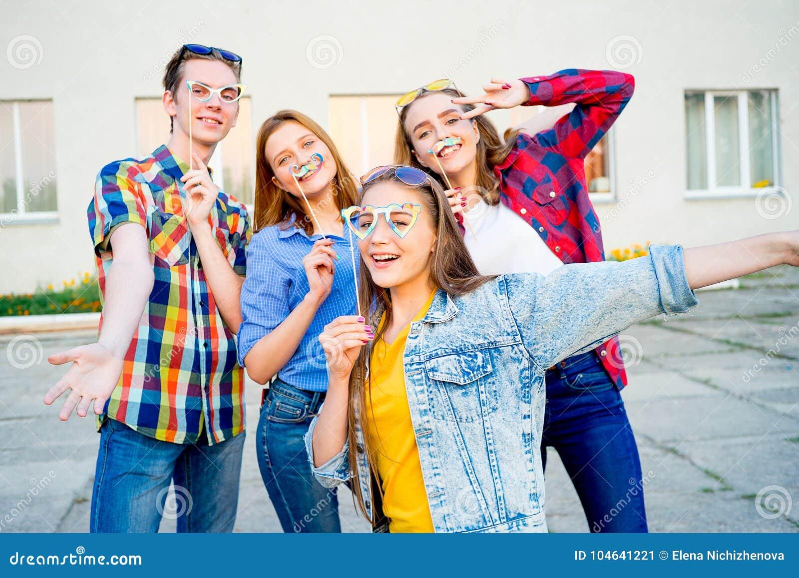 Download Tienerjaren Die Een Partij Hebben Stock Afbeelding - Afbeelding bestaande uit meet, geluk: 104641221