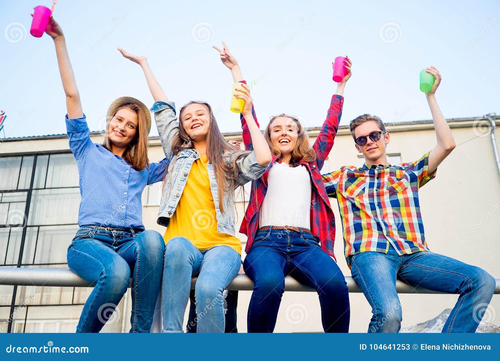 Download Tienerjaren Die Een Partij Hebben Stock Afbeelding - Afbeelding bestaande uit kleren, bonding: 104641253