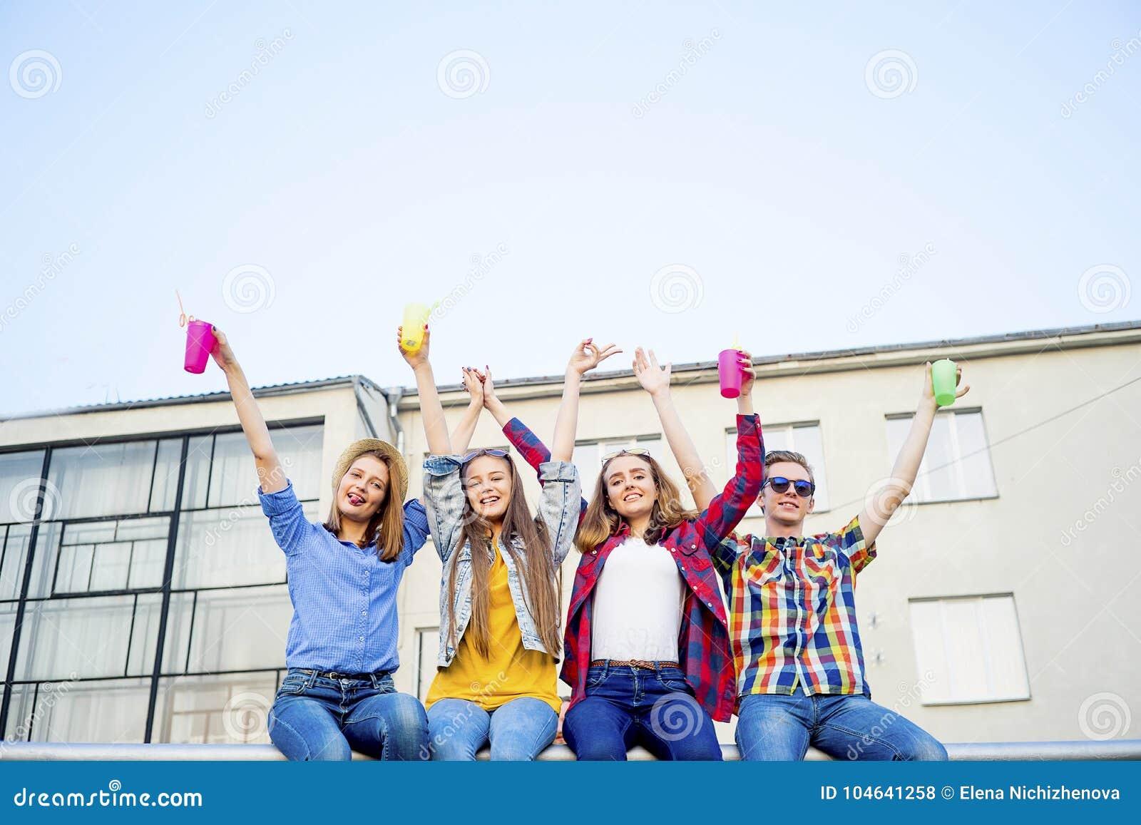 Download Tienerjaren Die Een Partij Hebben Stock Foto - Afbeelding bestaande uit verjaardag, meisje: 104641258