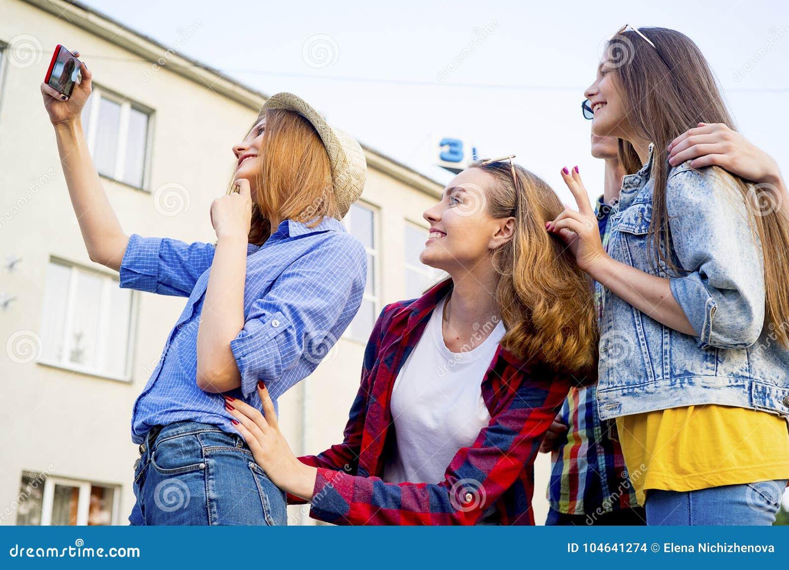 Download Tienerjaren Die Een Partij Hebben Stock Foto - Afbeelding bestaande uit meisje, partij: 104641274