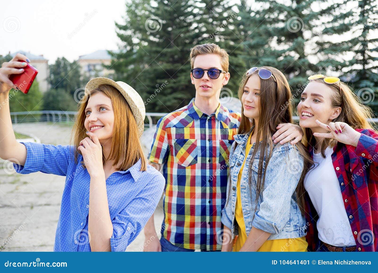 Download Tienerjaren Die Een Partij Hebben Stock Afbeelding - Afbeelding bestaande uit kaukasisch, geluk: 104641401
