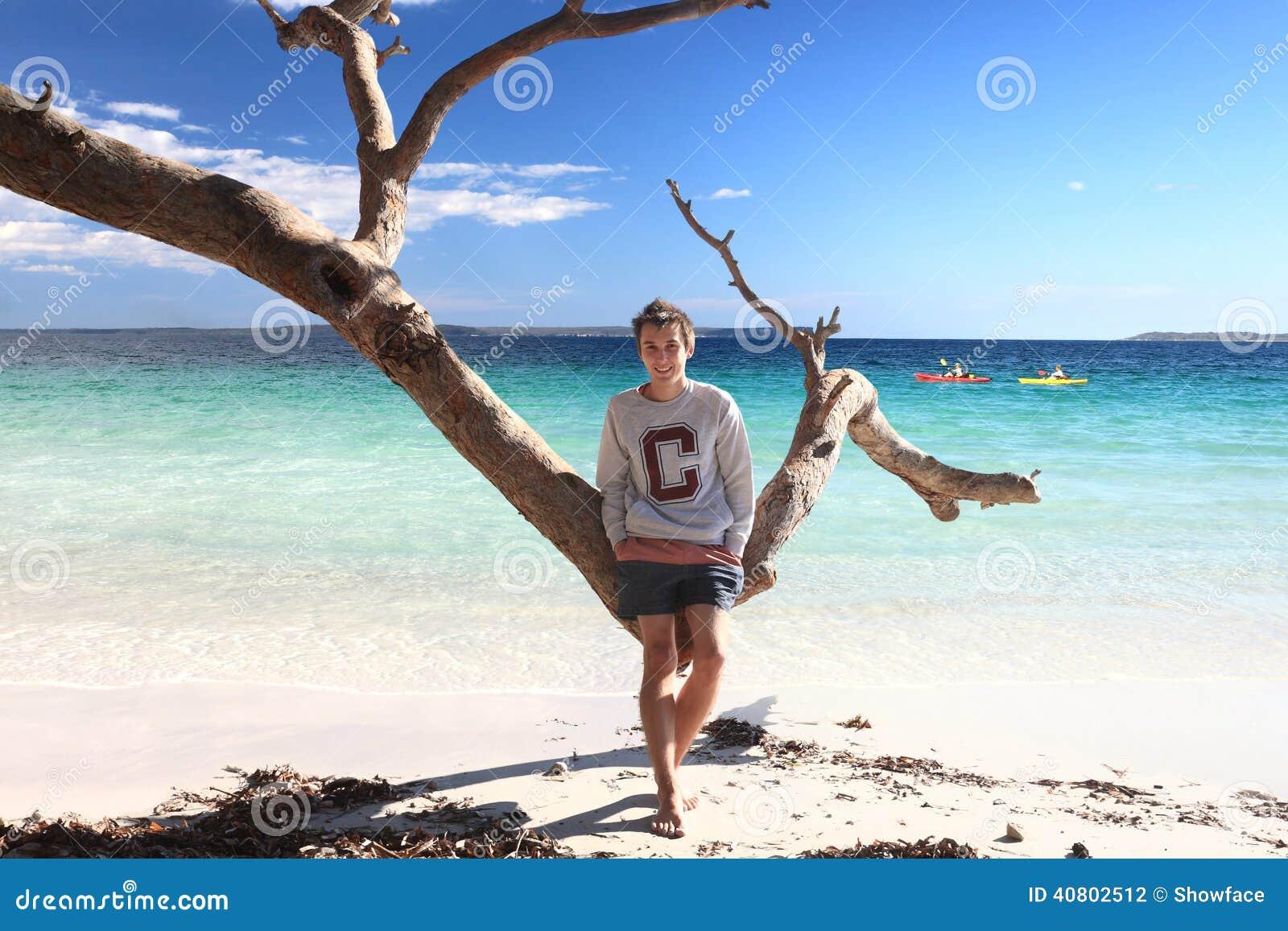 Tienerjongen die van tropische de vakantievakantie genieten van de strandvrije tijd