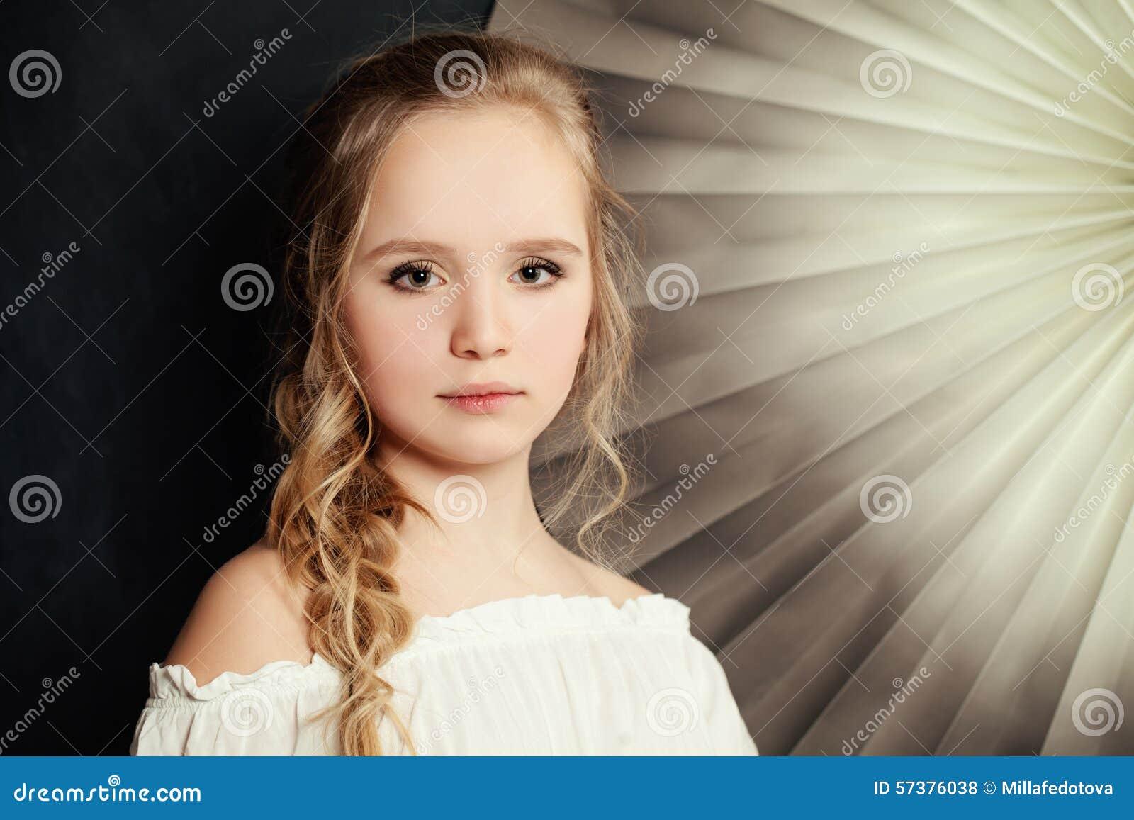 Tienermanier meisje met blond krullend haar stock foto afbeelding 57376038 - Tiener meubilair ruimte meisje ...