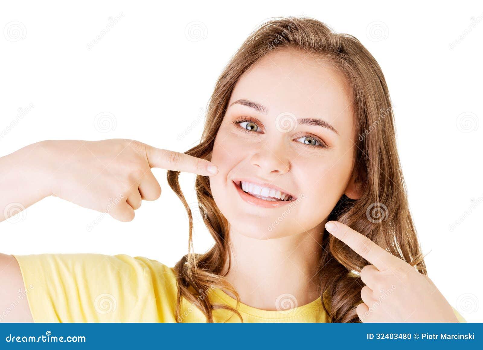 Tienermeisje die op haar perfecte tanden richten