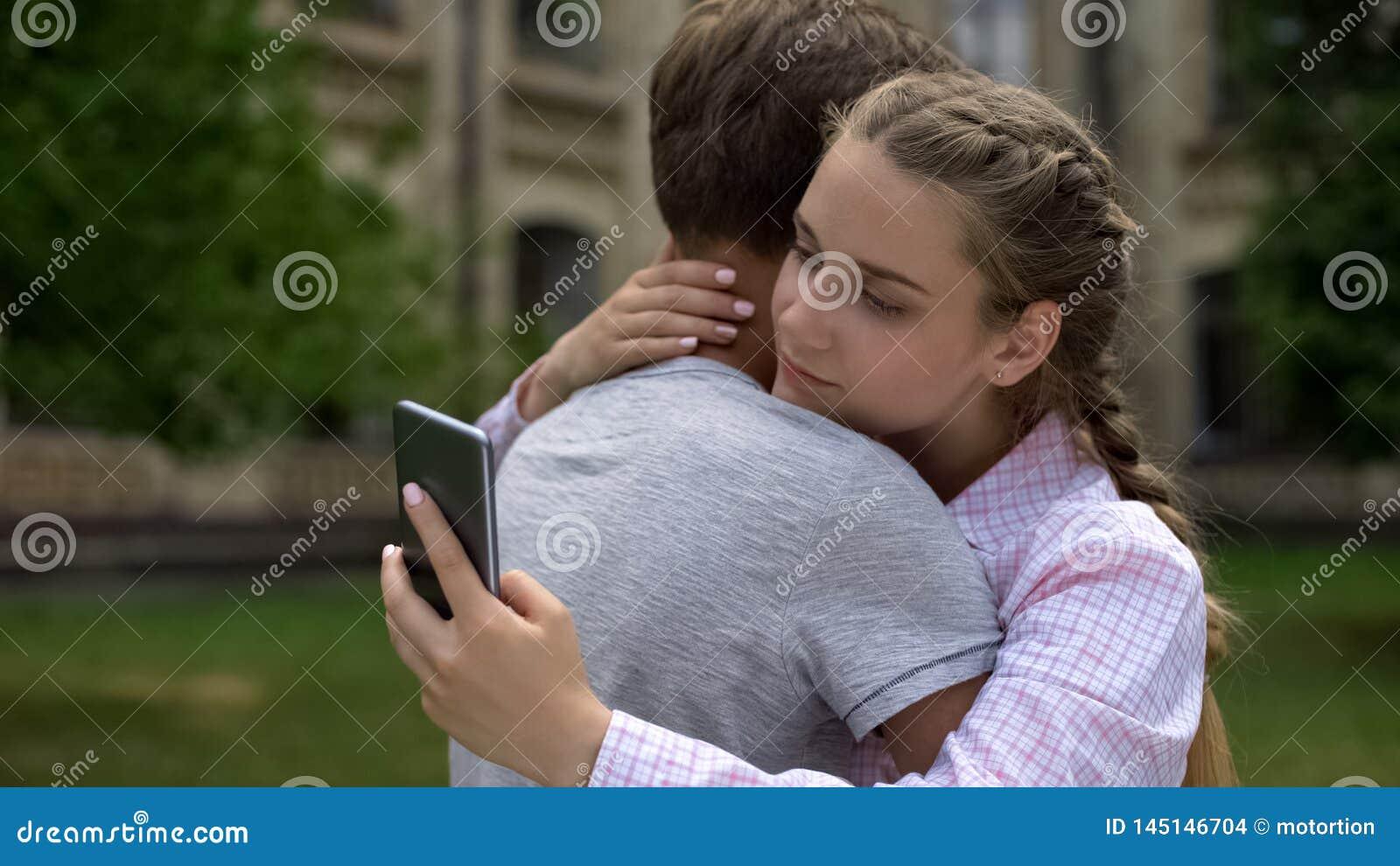 Tienermeisje die telefoon met behulp van, die vriend in plaats van echte mededeling, concept koesteren