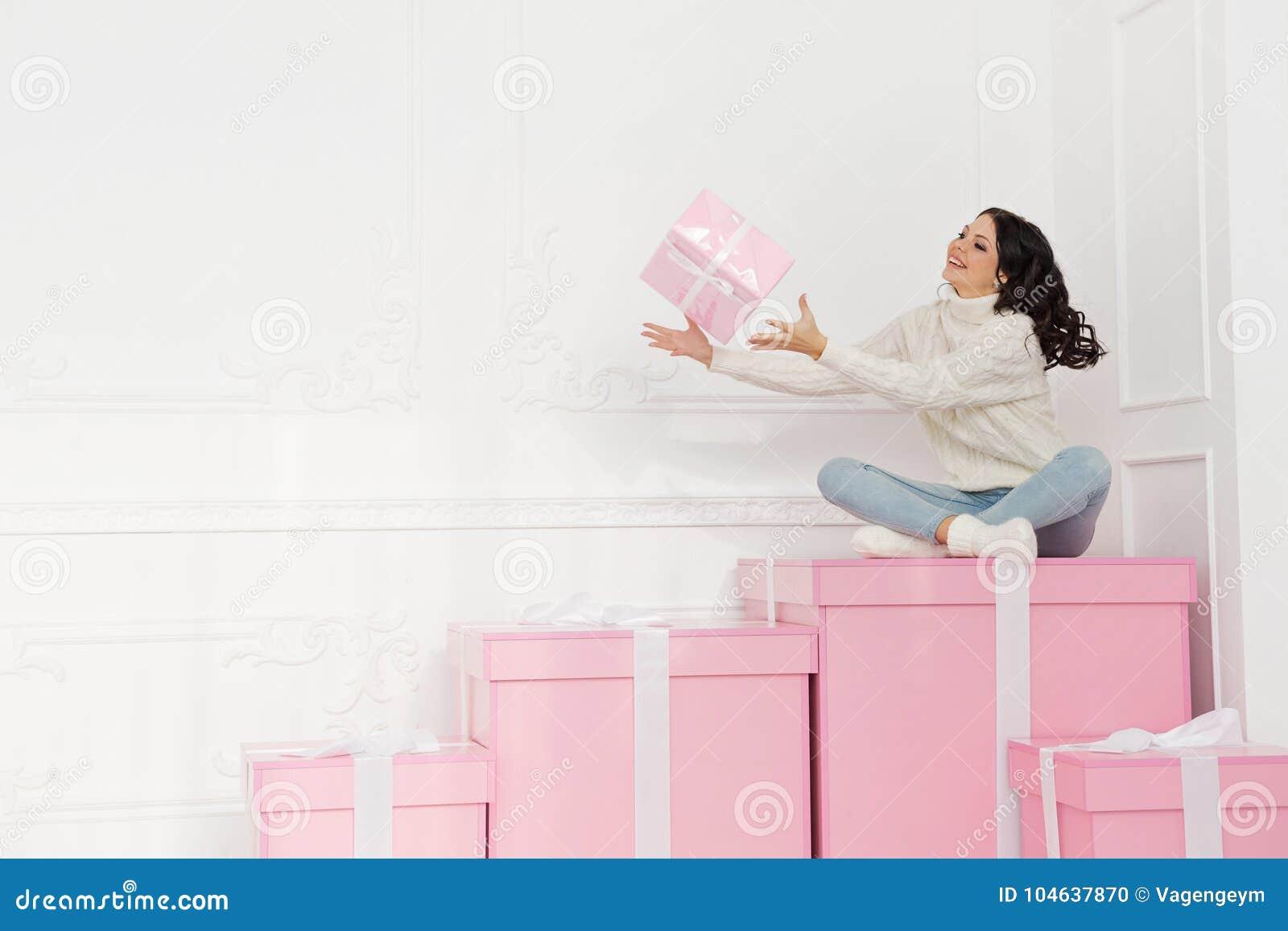 Download Tienermeisje en giften stock foto. Afbeelding bestaande uit roze - 104637870
