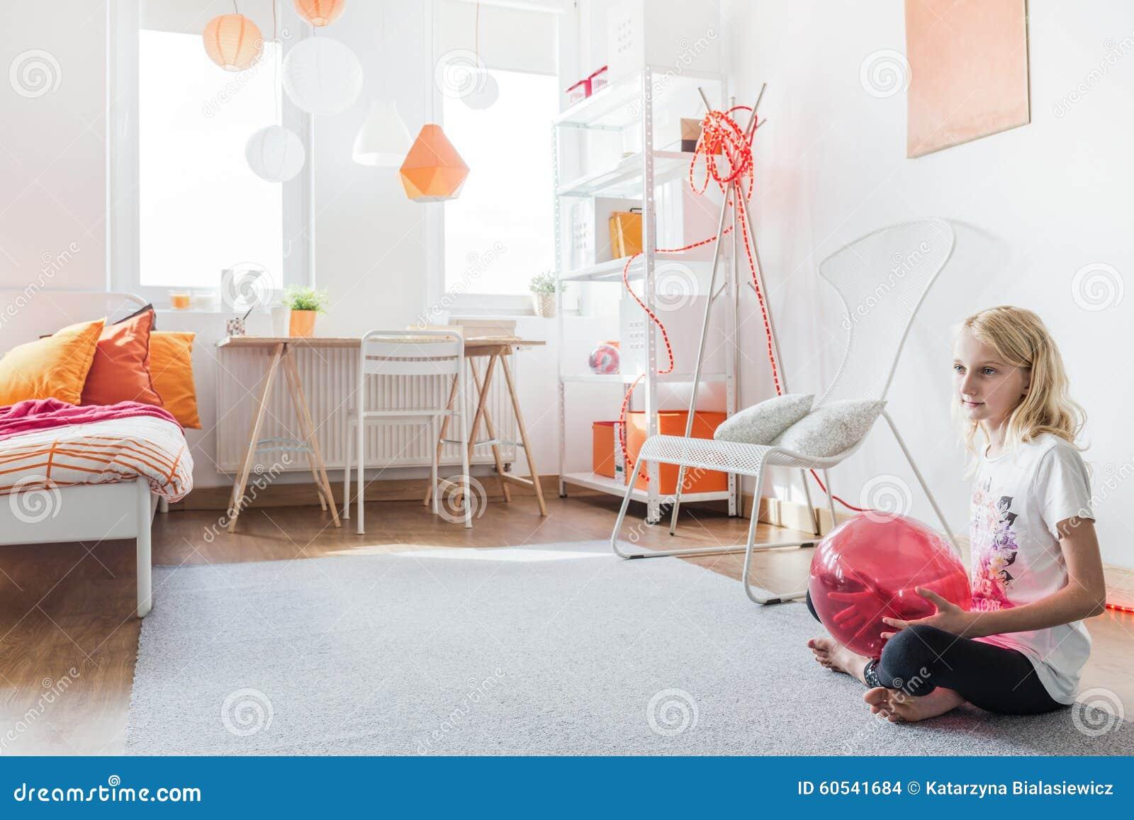 Tienermeisje in haar slaapkamer stock foto afbeelding bestaande