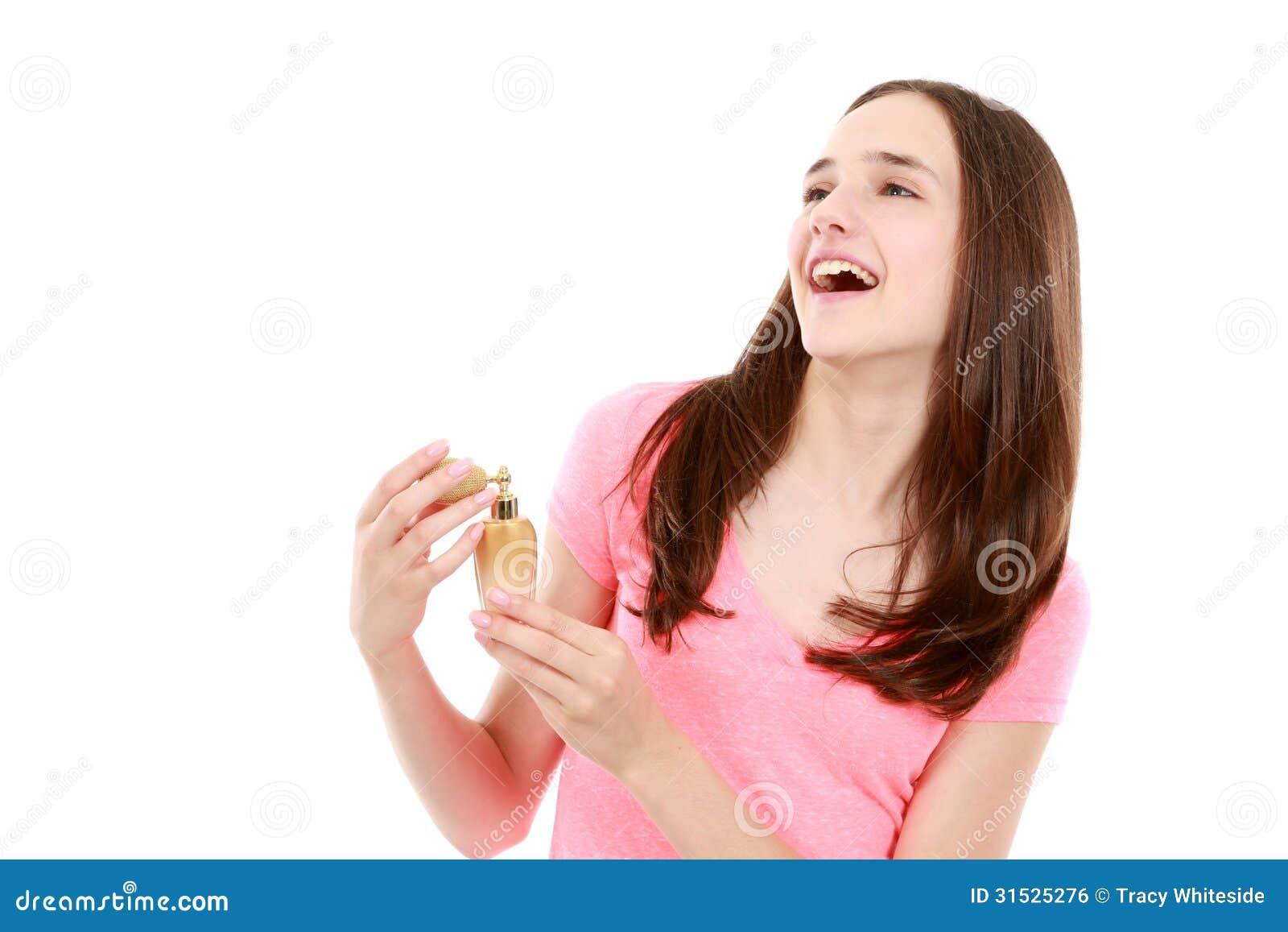 Tienermeisje het bidden parfum van fles